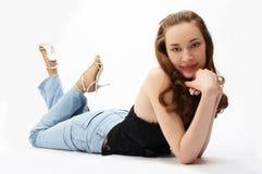 秀丽女孩位于的年轻人 免版税库存图片