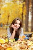 秀丽女孩在秋天公园 免版税图库摄影