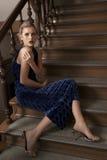 秀丽女孩坐的台阶 库存照片