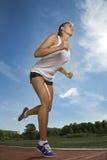 秀丽女孩奔跑体育场 免版税库存图片