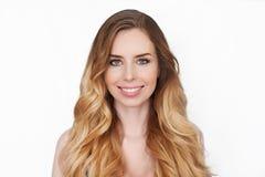 秀丽女孩妇女面孔画象 美丽的温泉模型女孩完善的新鲜的干净的皮肤 白肤金发的妇女女性微笑 免版税图库摄影