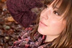 秀丽女孩面孔在秋天 免版税库存照片
