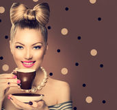 秀丽女孩饮用的咖啡或茶 免版税库存图片
