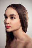秀丽女孩魅力时尚演播室画象长的头发 免版税库存照片