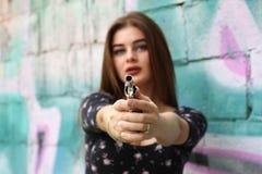 秀丽女孩画象,有左轮手枪的美丽的夫人 库存图片