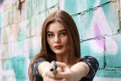 秀丽女孩画象,有左轮手枪的美丽的夫人 免版税库存图片