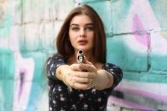 秀丽女孩画象,有左轮手枪的美丽的夫人 免版税库存照片