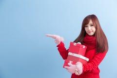 秀丽妇女作为礼物 免版税库存图片