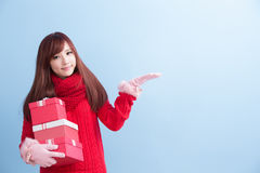 秀丽妇女作为礼物 免版税图库摄影