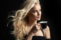 秀丽妇女咖啡杯举行 免版税库存图片