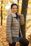 秀丽妇女在秋天公园 免版税库存照片