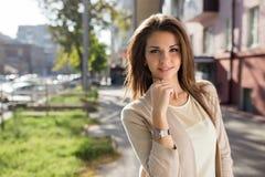 秀丽妇女室外画象有站立在街道上的完善的微笑的 图库摄影