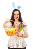 秀丽妇女提供的篮子用复活节彩蛋 库存照片