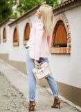 年轻秀丽妇女摆在街道的,时装模特儿,时髦的照片,室外画象 库存照片