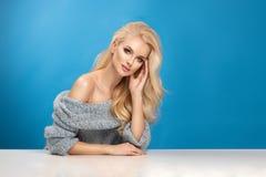 秀丽妇女时尚画象蓝色背景的 图库摄影
