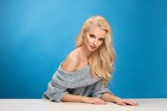 秀丽妇女时尚画象蓝色背景的 免版税库存图片