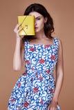 秀丽妇女模型穿戴时髦的设计趋向衣物蓝色cotto 免版税库存照片
