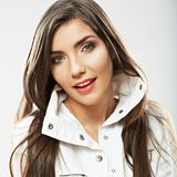 秀丽妇女画象的面孔关闭 年轻女性模型姿势 免版税库存照片