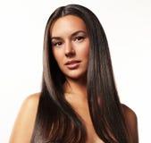 秀丽妇女的画象有一根长的头发的 免版税库存照片