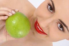 秀丽妇女纵向用苹果 免版税库存图片