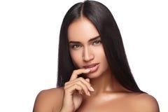秀丽妇女面孔有完善的新鲜的干净的皮肤女性看的照相机微笑的画象女孩 青年和关心概念 免版税库存照片