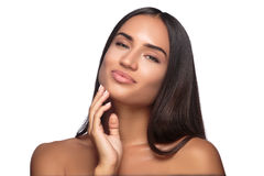 秀丽妇女面孔有完善的新鲜的干净的皮肤女性看的照相机微笑的画象女孩 青年和关心概念 免版税图库摄影