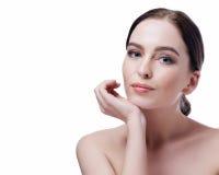 秀丽妇女面孔特写镜头 有完善的皮肤的美丽的深色的年轻温泉模型女孩 护肤概念 新鲜的干净的皮肤 Portrai 库存图片