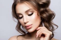 秀丽妇女面孔画象 有完善的新鲜的干净的皮肤的美丽的式样女孩 图库摄影