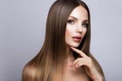 秀丽妇女面孔画象 有完善的新鲜的干净的皮肤的美丽的式样女孩 库存照片