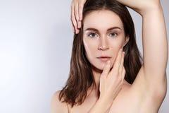 秀丽妇女面孔画象 有完善的新鲜的干净的皮肤的美丽的温泉模型女孩 青年时期和护肤概念 免版税库存照片