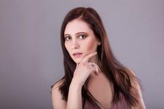 秀丽妇女面孔画象 有完善的新鲜的干净的肤色嘴唇的美丽的式样女孩 青年时期和护肤概念 免版税库存照片