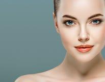 秀丽妇女面孔画象 有完善的新鲜的干净的皮肤的美丽的式样女孩 免版税图库摄影