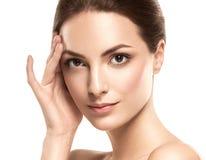 秀丽妇女面孔画象 有完善的新鲜的干净的皮肤的美丽的式样女孩 免版税库存照片