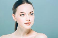 秀丽妇女面孔画象 有完善的新鲜的干净的皮肤的美丽的温泉模型女孩 背景看板卡祝贺邀请 免版税图库摄影