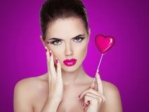 秀丽妇女画象。举行红色的美丽的时装模特儿女孩 免版税库存照片