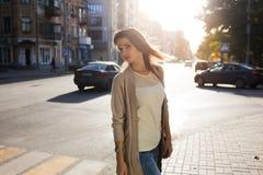 秀丽妇女画象有完善的微笑的走在街道上和看照相机的 免版税库存照片