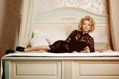 秀丽富有的豪华妇女喜欢玛丽莲・梦露 美丽的fashiona 免版税库存照片