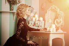 秀丽富有的豪华妇女喜欢玛丽莲・梦露 美丽的fashiona 免版税图库摄影