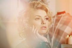 秀丽富有的豪华妇女喜欢玛丽莲・梦露 美丽的fashiona 图库摄影