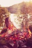 秀丽巫婆在火附近的森林 不可思议妇女庆祝 图库摄影
