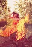 秀丽巫婆在火附近的森林 不可思议妇女庆祝 免版税库存图片