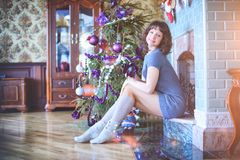 秀丽庆祝圣诞节的魅力妇女,佩带狂欢节加州 库存照片