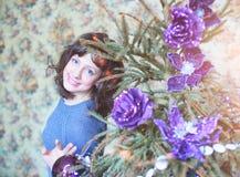 秀丽庆祝圣诞节的魅力妇女,佩带狂欢节加州 免版税图库摄影