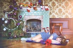秀丽庆祝圣诞节的魅力妇女,佩带礼服和c 库存照片