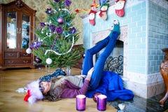 秀丽庆祝圣诞节的魅力妇女,戴着狂欢节帽子 库存图片