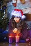 秀丽庆祝圣诞节的魅力妇女,戴着狂欢节帽子 图库摄影