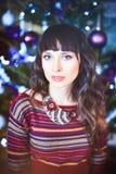秀丽庆祝圣诞节的魅力妇女,穿一件被编织的毛线衣 库存图片