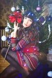 秀丽庆祝圣诞节的魅力妇女,穿一件被编织的毛线衣 库存照片