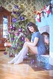 秀丽庆祝圣诞节的魅力妇女,穿礼服,费斯特 库存照片