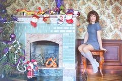 秀丽庆祝圣诞节的魅力妇女,穿礼服,费斯特 库存图片